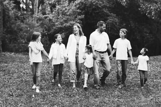 La madre con cinco hijos que decidió posponer su tratamiento contra el cáncer para salvar la vida del bebé que esperaba